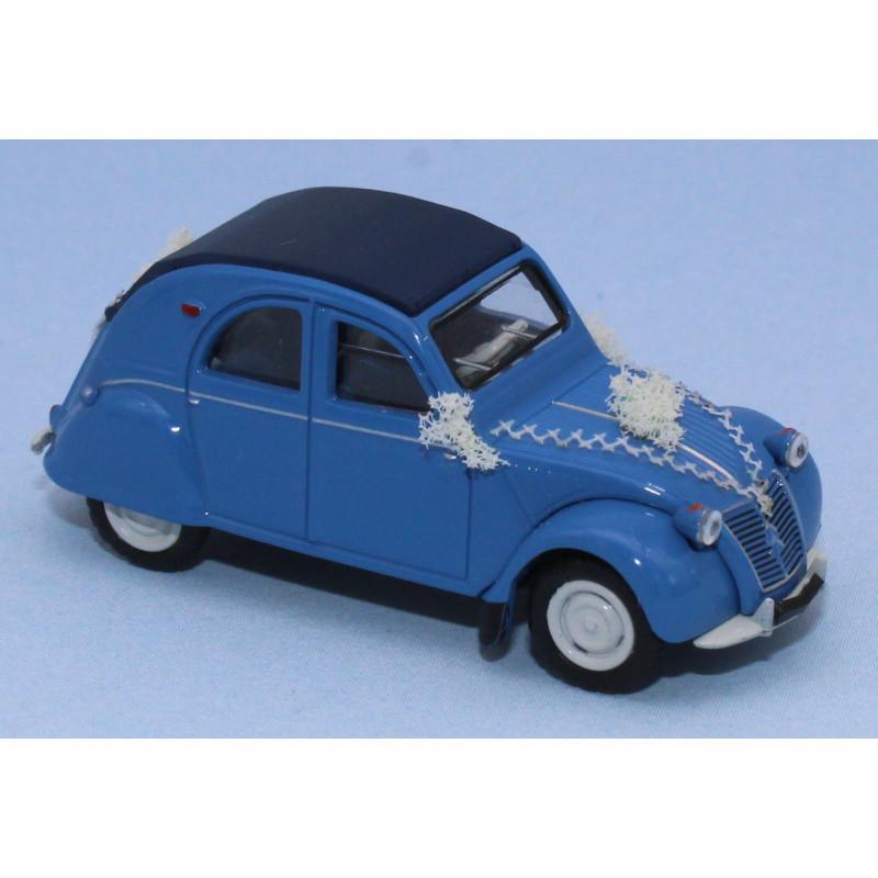 2 CV AZLP - bleue - capote fermée - voiture des mariés fleurie