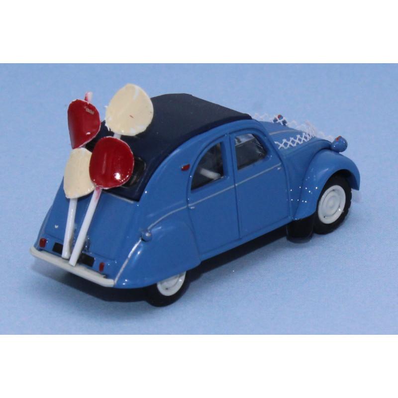 2 CV AZLP - bleue - capote fermée - voiture des mariés ballons
