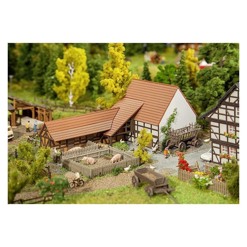 Bâtiment agricole avec accessoires