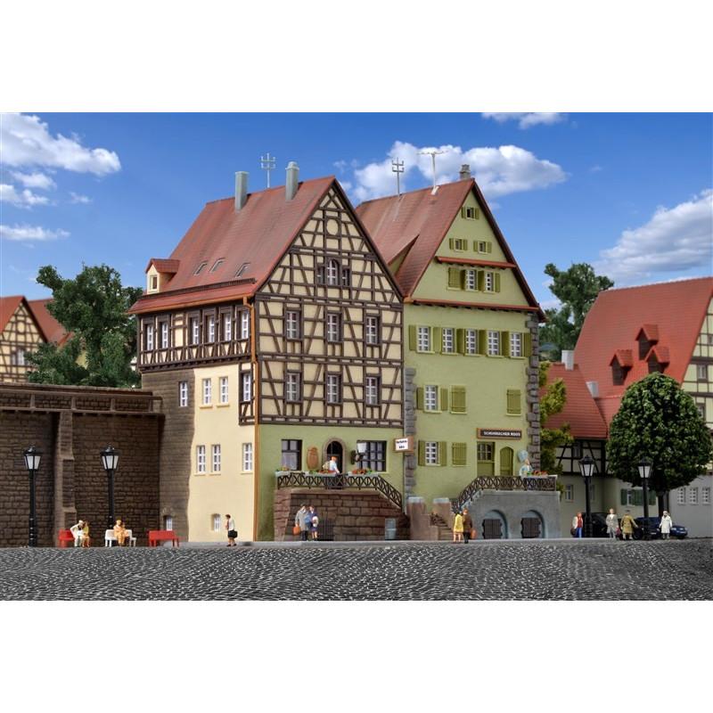 Maisons à colombages adossées au mur d'enceinte