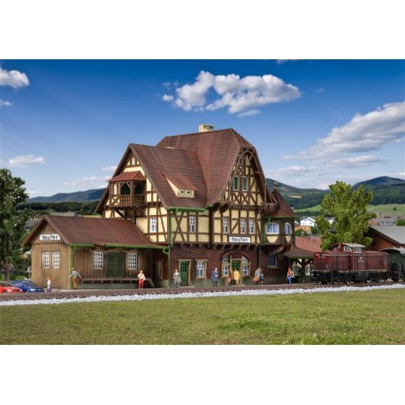 Gare de Neuffen avec halle à marchandises