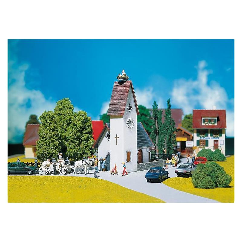 Eglise de village avec nid de cigognes