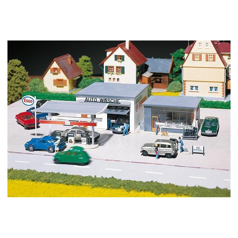 Station-service Esso avec hall de lavage