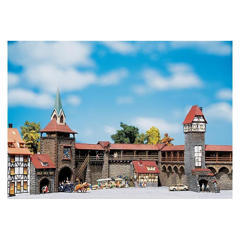 Porte de la vieille ville avec rempart et chemin de ronde